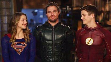 Elseworlds: Supergirl, Flash y Green Arrow se enfrentan al Superman Negro en nuevas imágenes del rodaje