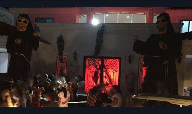 Imagen de la fachada de la decoración de la casa en Halloween