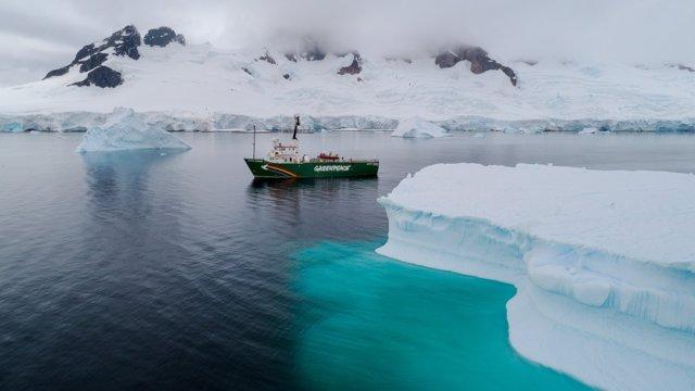 El barco Artic Sunrise de Greenpeace en Charlotte Bay, en la Península Antártica