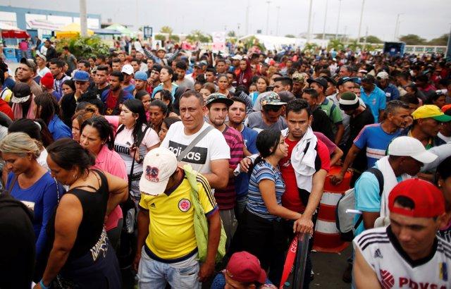 Migrantes venezolanos esperando a entrar en Perú