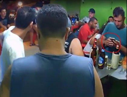 """Un brasileño ni se inmuta de un atraco en el bar donde se encontraba al estar """"enganchado"""" a su móvil"""
