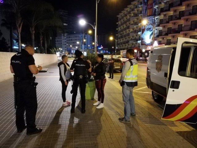 Agentes en uno de los dispositivos desplegados en Benidorm