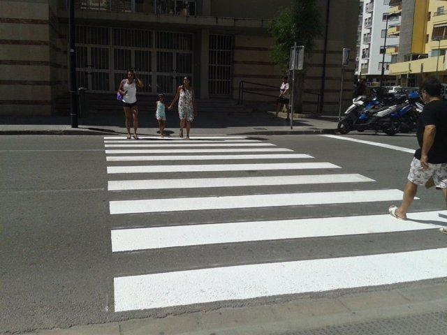 Un paso de cebra en Ibiza recién pintado