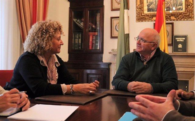 Pilar Marín y el presidente del Colegio de Médicos de Huelva
