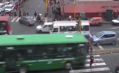Un autobús atropella a una mujer y su bebé al cruzar la calle con semáforo en rojo en Lima