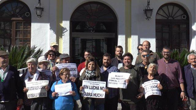 Candidatos de Adelante Andalucía junto a pensionistas