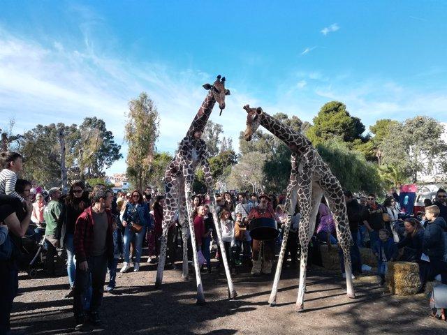 Girafas humanas en Escena Kids, en Sagunt