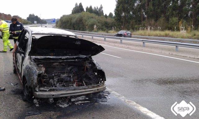 Incendio de un turismo en la A-8 a su paso por Castrillón
