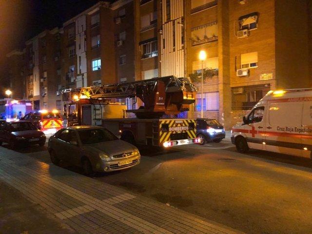 Los bomberos acuden a un incendio en la calle Ricardo Carapeto de Badajoz