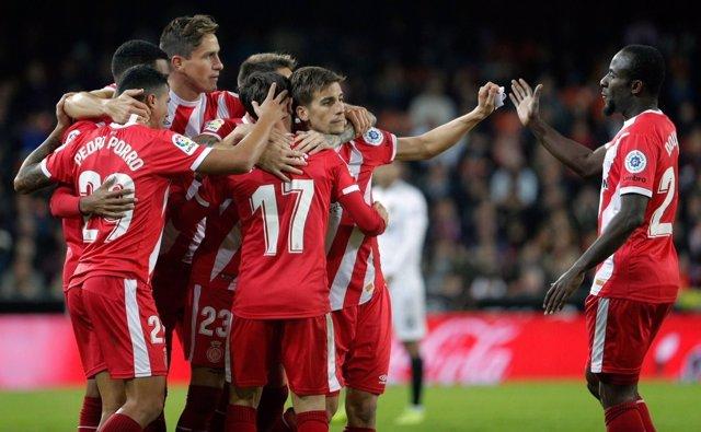 Los jugadores del Girona FC celebran un gol en Mestalla