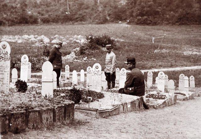 Foto de archivo: oficiales franceses visitan cementerio durante I Guerra Mundial