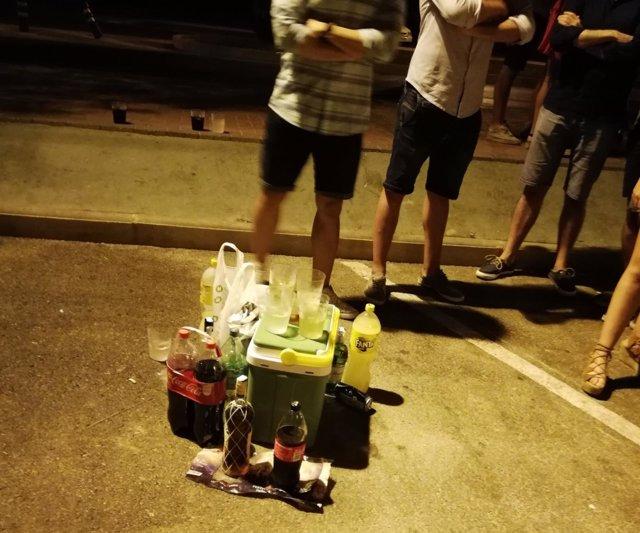 Botellas incautadas a algunos de los jóvenes
