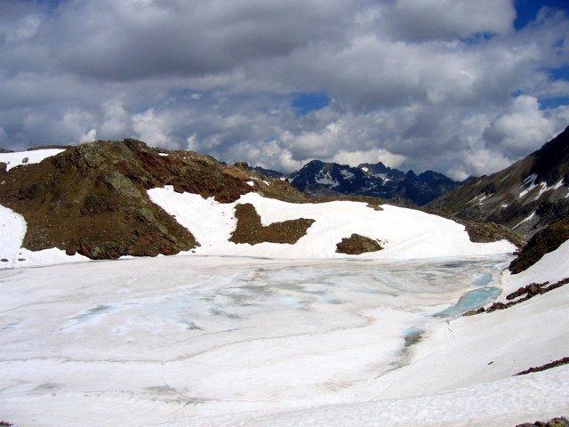 Ibón helado en la Reserva de la Biosfera Ordesa-Viñamala.