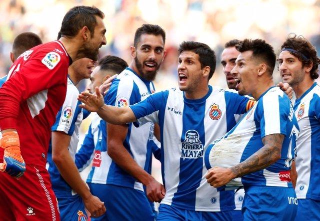 Varios futbolistas del RCD Espanyol celebran una victoria