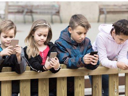 Reducir las horas de pantalla para asegurar el bienestar en menores