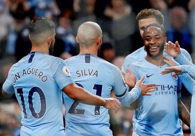 Silva y Agüero felicitan a Sterling, tras un gol del Manchester City