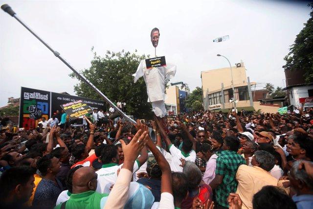 Partidarios de Ranil Wickremesinghe golpean un muñeco del presidente Sirisena