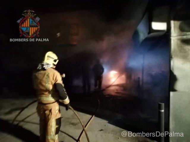 Extinción de un incendio en la comisaría de Son Gotleu