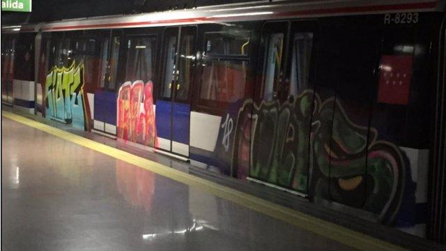 Vagón de Metro atacado por graffiteros