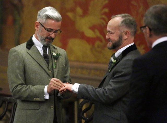 Wale y Allard intercambian anillos en la primera boda gay de Reino Unido