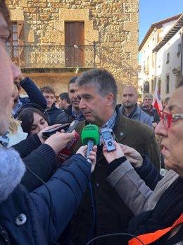 Ignacio Cosidó atiende a los medios de comunicación en Alsasua