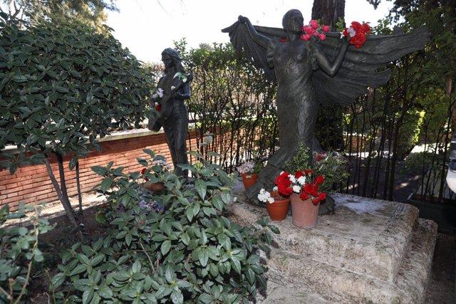 Visitas al cementerio de la Almudena para vidas de mujeres singulares