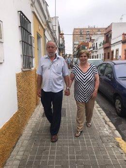 Cuidador no profesional con su mujer, que padece Alzheimer.