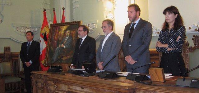 El alcalde de Valladolid preside el Pleno durante el minuto de silencio. 5-11-18