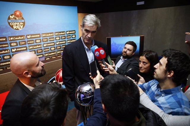 Antonio Martín atiende a los medios