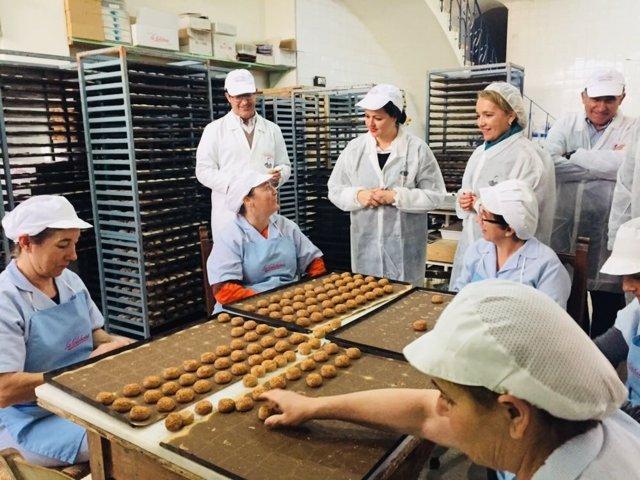 Virgina Pérez visita una fábrica en Estepa