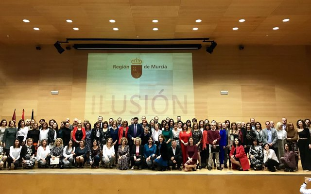 López Miras posa con los 85 nuevos funcionarios