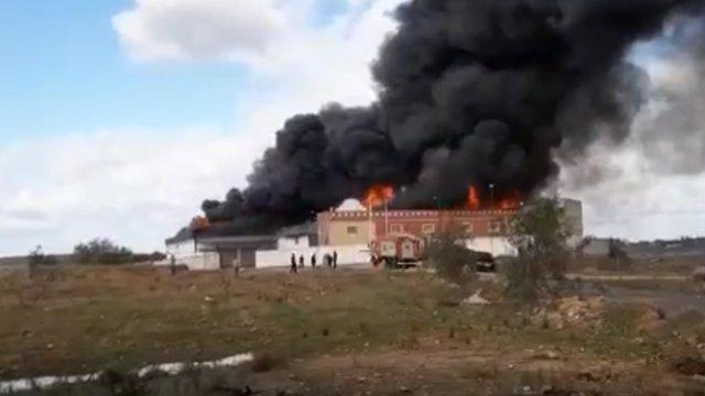El material era altamente inflamable y las llamas han alcanzado gran altura.