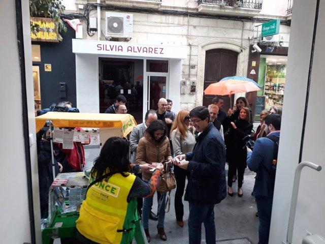Marín compra un cupón antes de reunirse con la dirección de la ONCE en Almería