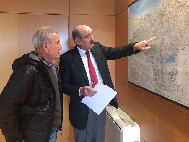 El consejero José María Mazón y el alcalde de Herrerías, Juan Francisco Linares