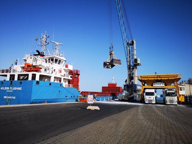 Carga de graneles en el Puerto de Almería