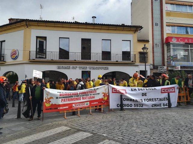 Manifestación de bomberos forestales y CCOO en Mérida
