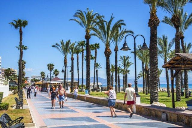 Turistas viajeros paseo marítimo sol Torremolinos