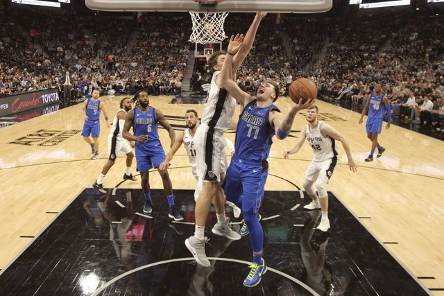 Luka Doncic (Dallas Mavericks) y Pau Gasol (San Antonio Spurs)