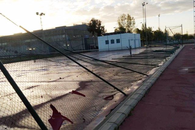 Destrozos en el polideportivo de San Juan del Puerto.