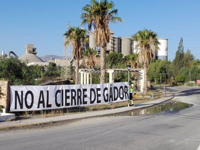 Pancarta a la entrada de la planta de la cementera en Gádor