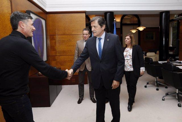 Javier Fernández recibe al portavoz de Podemos, Enrique López