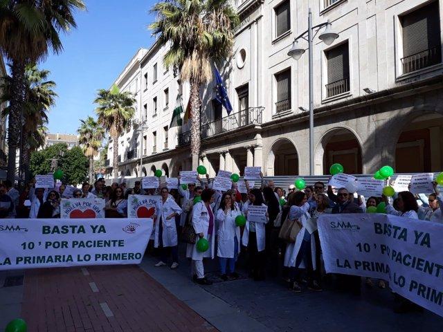 Un centenar de sanitarios se concentran ante Salud en Huelva.