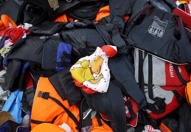 Un chaleco de la vida de niño se ve entre los millares de otros en Lesbos.
