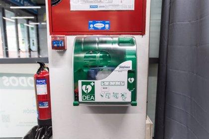 Los desfibriladores situados en lugares públicos son rentables para salvar vidas
