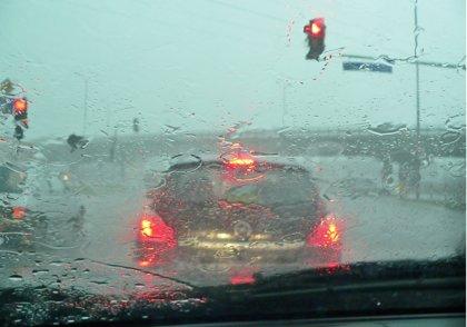 Cómo combatir el vaho en el interior del coche: trucos para desempañar los cristales