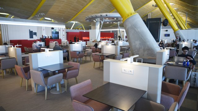 Iberia renueva su sala Vip Dalí en Barajas