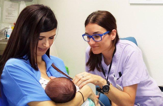 Una madre amamanta a su bebé junto a una sanitaria de Vinalopó Salud
