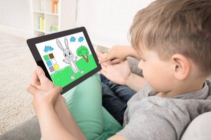Las pantallas y su efecto de frenado en el desarrollo cerebral infantil