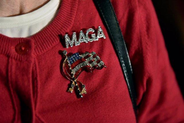 Una simpatizante de Donald Trump lleva un pin electoral durante las 'midterm'