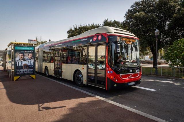 Un autobús de TMB circula per Barcelona